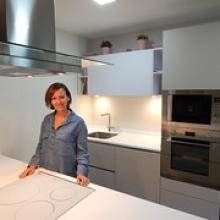 "Encarni en su nueva cocina • <a style=""font-size:0.8em;"" href=""http://www.flickr.com/photos/69591030@N06/29781259743/"" target=""_blank"">View on Flickr</a>"