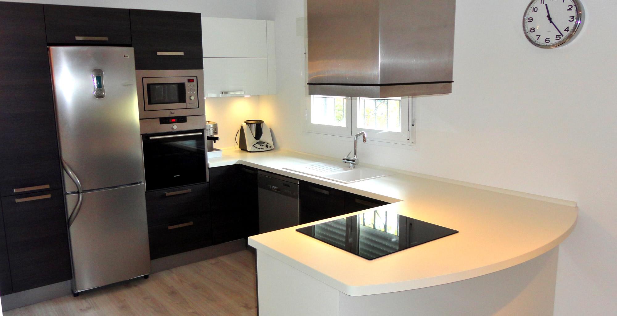 Muebles de cocina en madera con dise o actual for Diseno de muebles para cocina