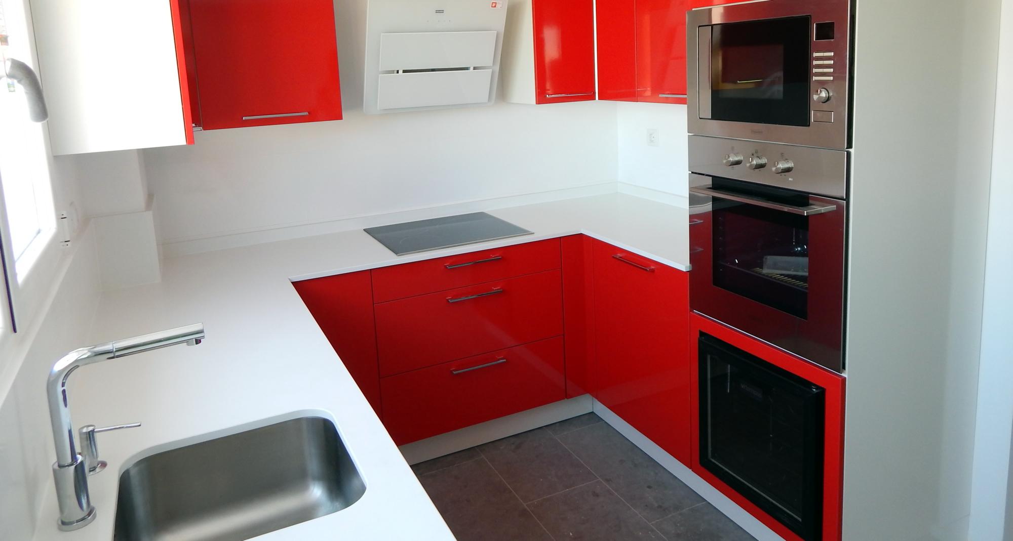 Muebles de cocina modelo neo en rojo for Color credence cocina blanca