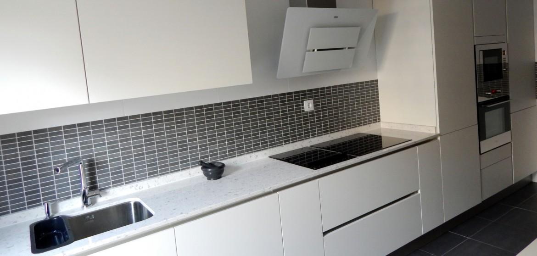 Muebles de cocina modelo lasser con gola for Cocinas sin tiradores