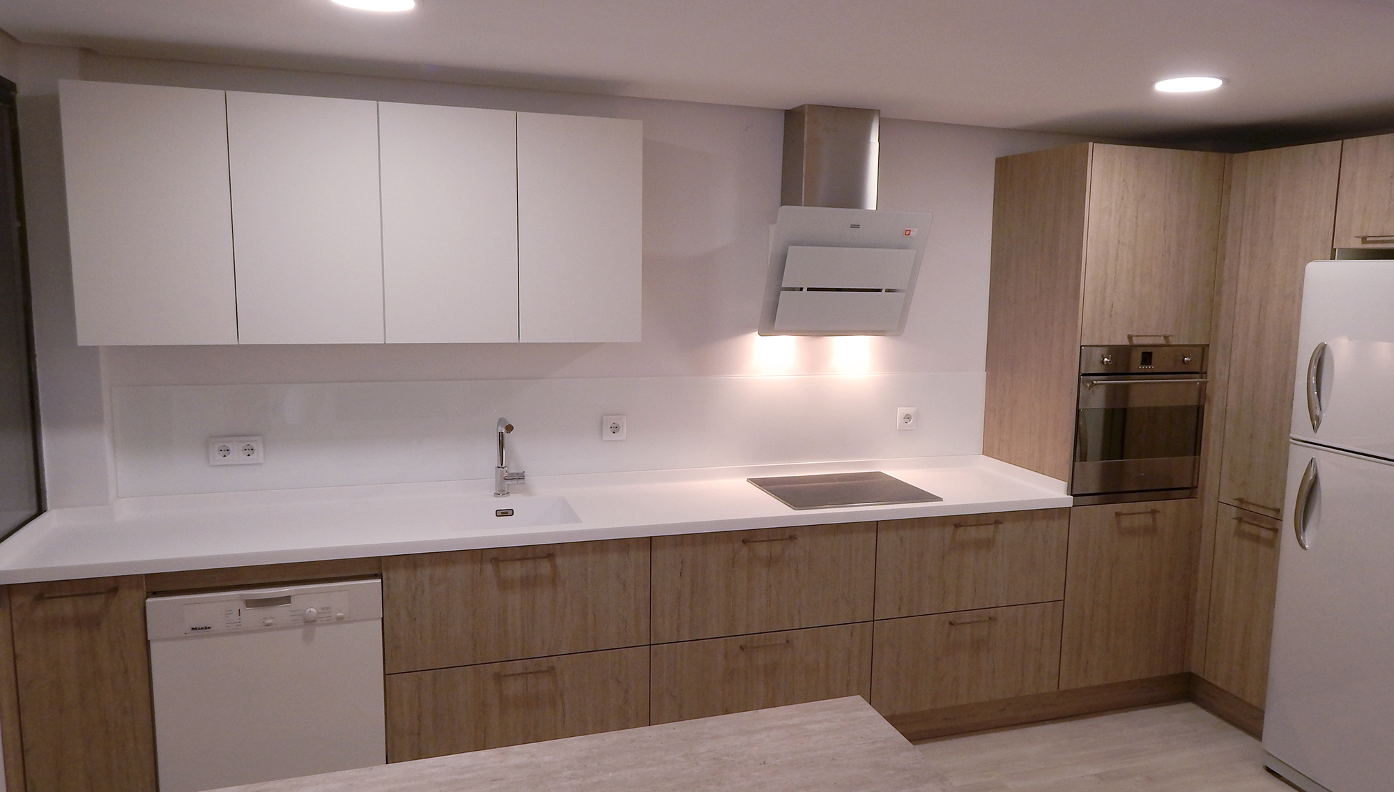 Muebles de cocina en roble gris seda for Cocinas blancas con electrodomesticos blancos