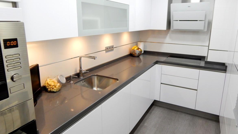 Muebles de cocina en blanco polar for Muebles plateros cocina