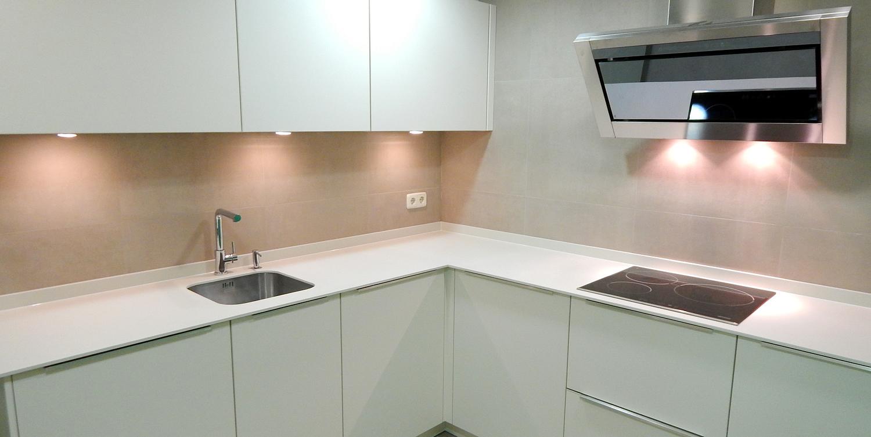 Muebles de cocina en laca mate de tacto sedoso modelo avus for Cocina blanca mate o brillo