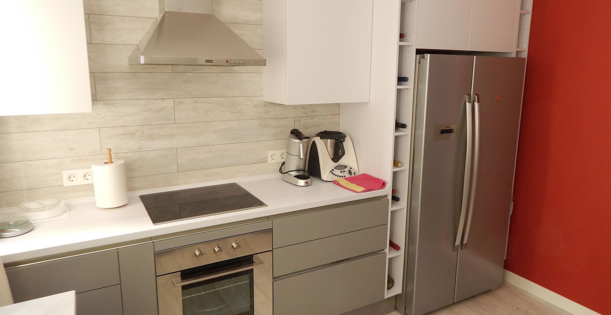 Muebles de cocina en gris perla for Cocinas blancas y grises fotos