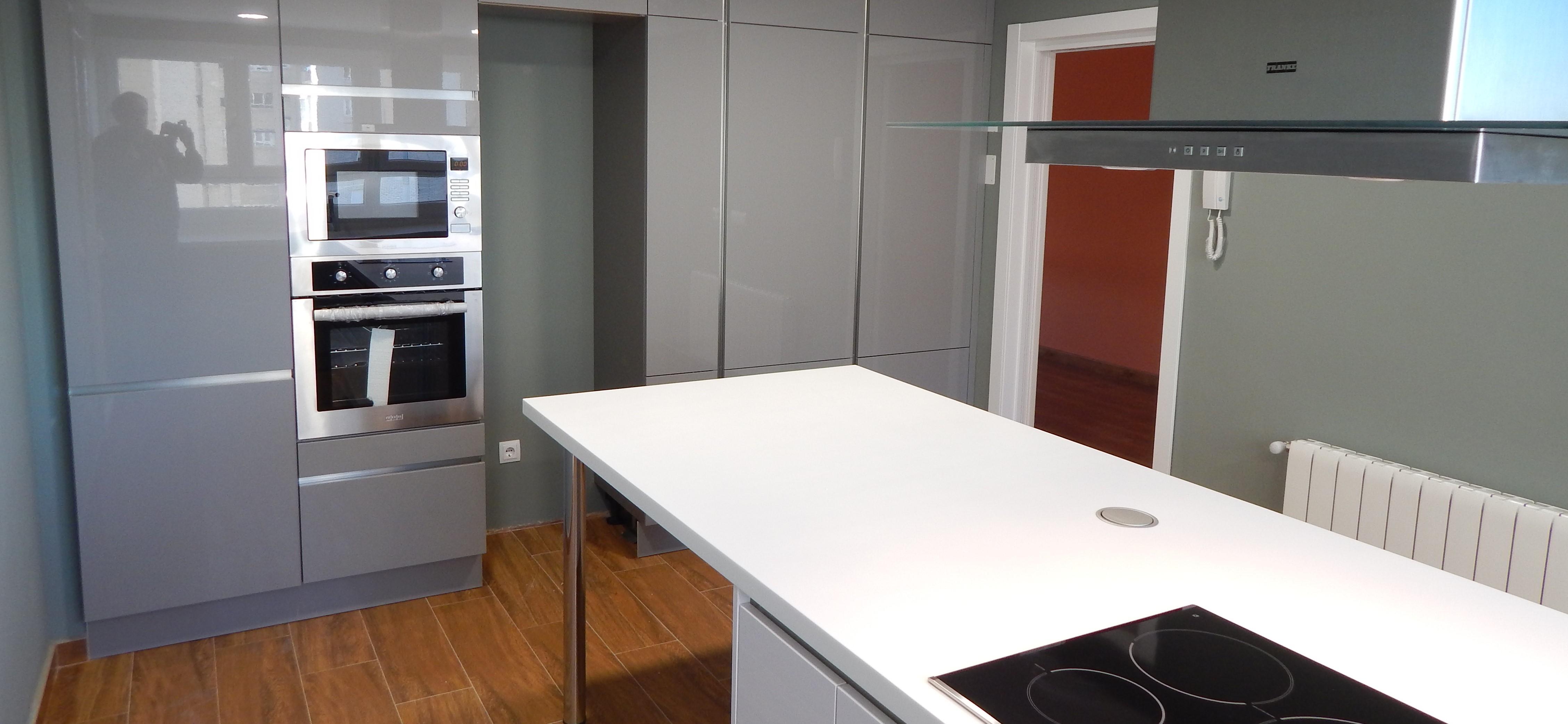 Muebles de cocina gris perla y blanco for Muebles de cocina nasa