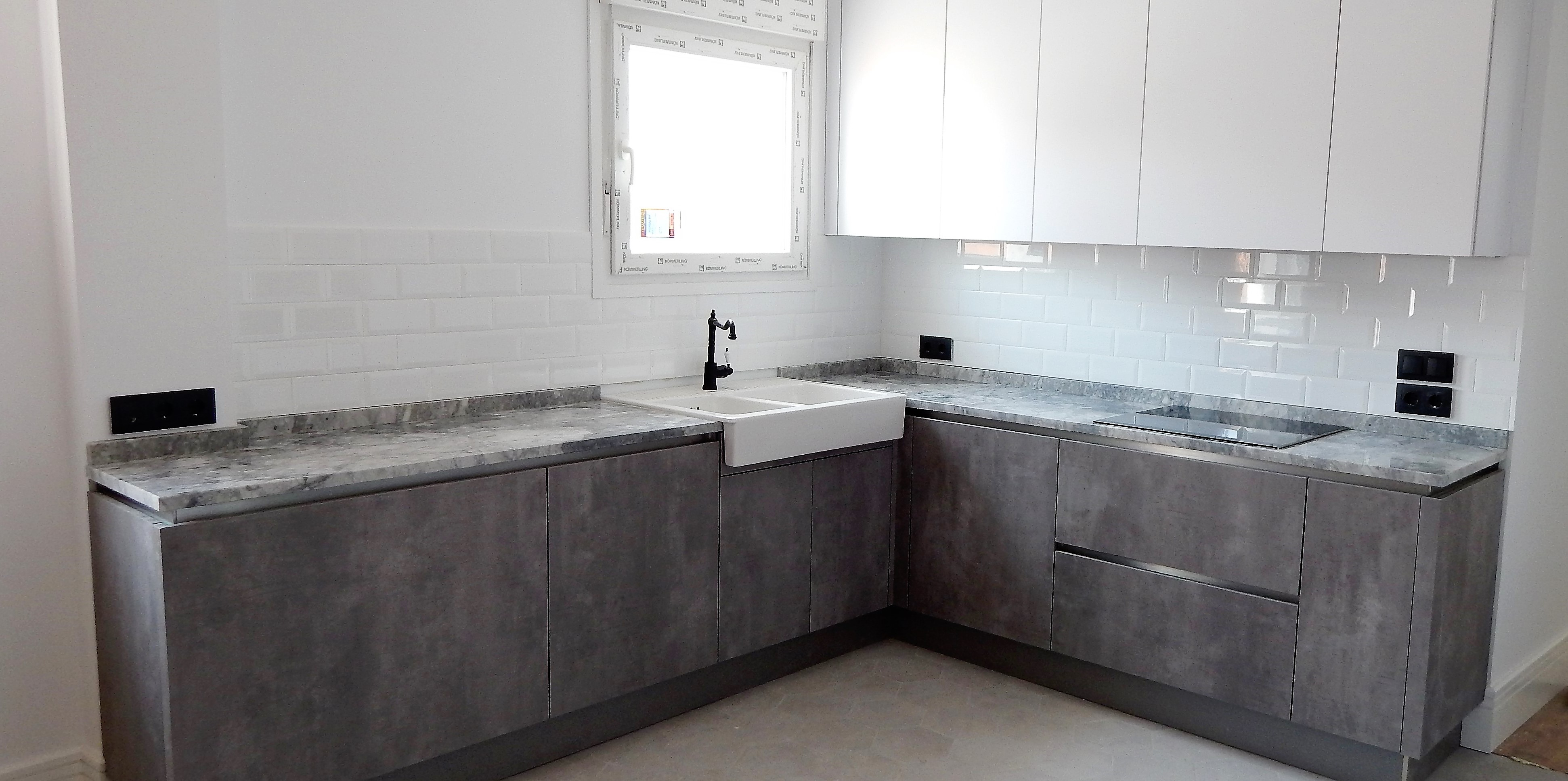 Muebles de cocina blanco y hormig n for Muebles de cocina gris