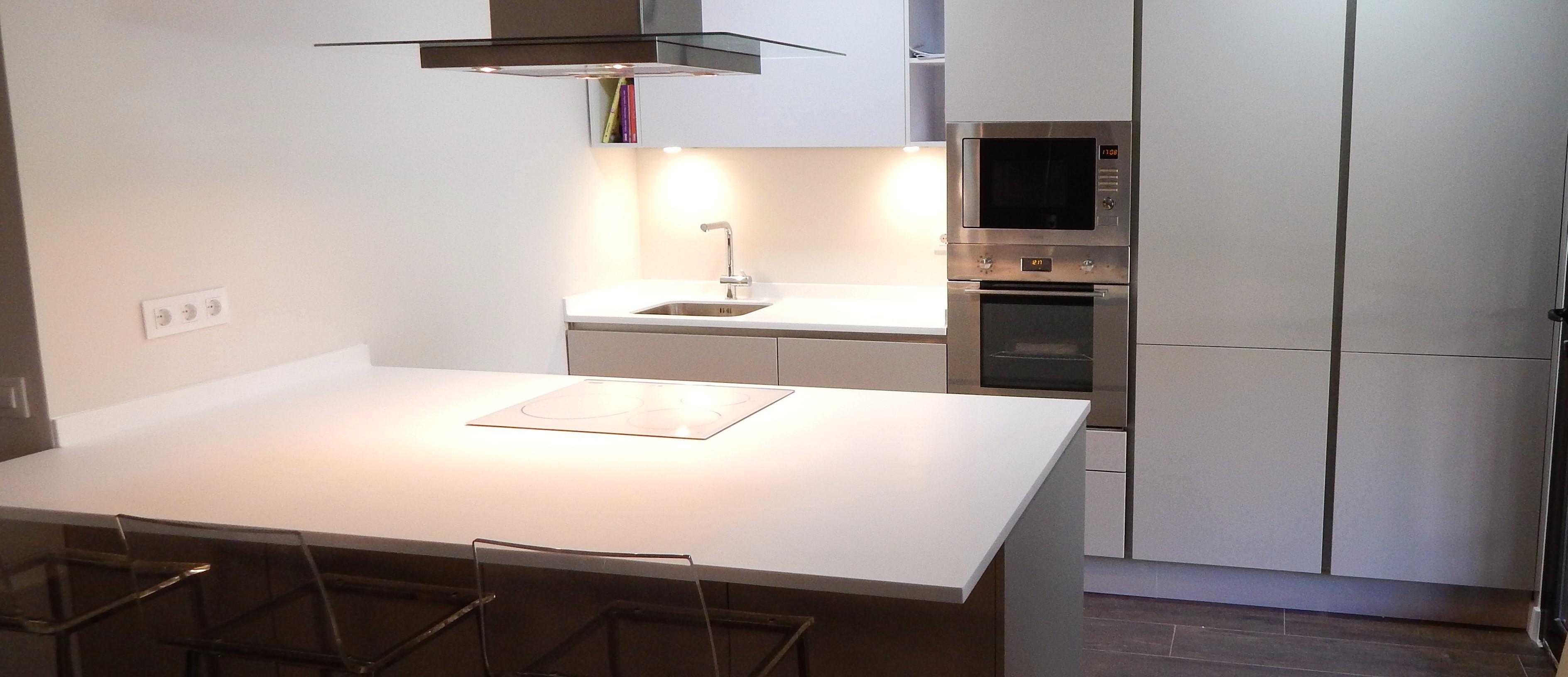 Muebles de cocina en cachemir y blanco for Muebles de cocina blancos