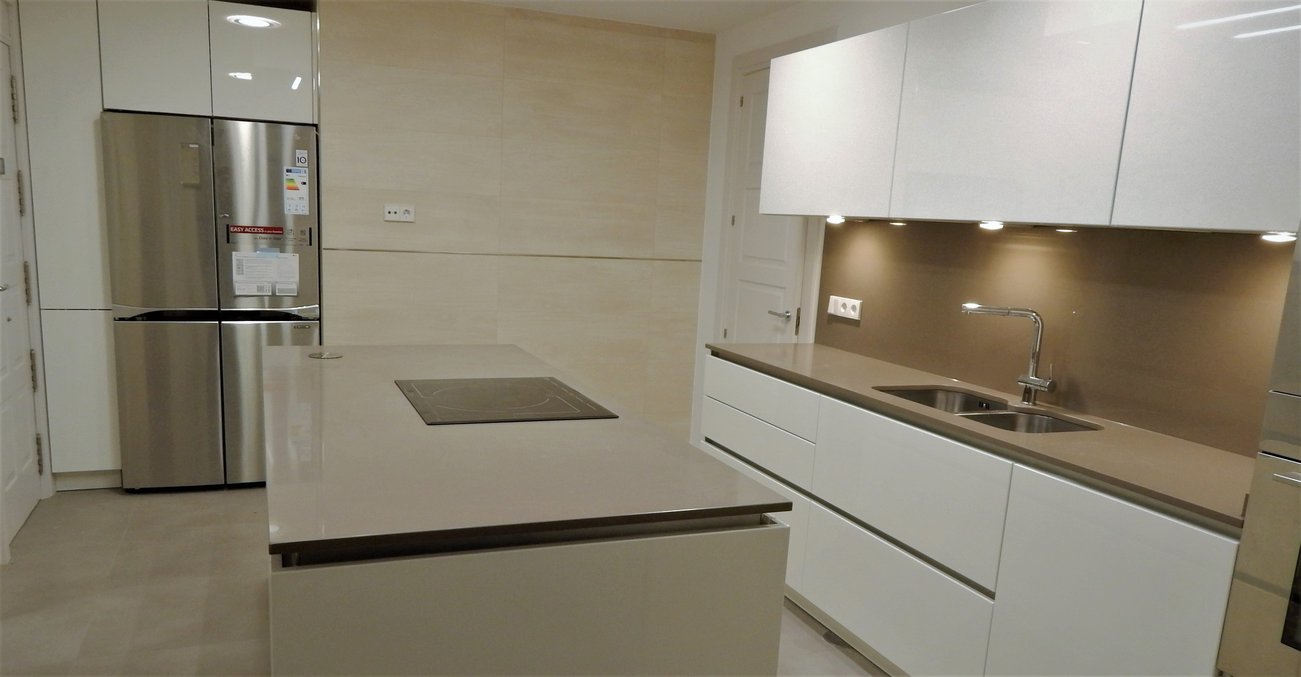 Muebles de cocina en laca mate de tacto sedoso modelo avus - Muebles lacados en blanco brillo ...