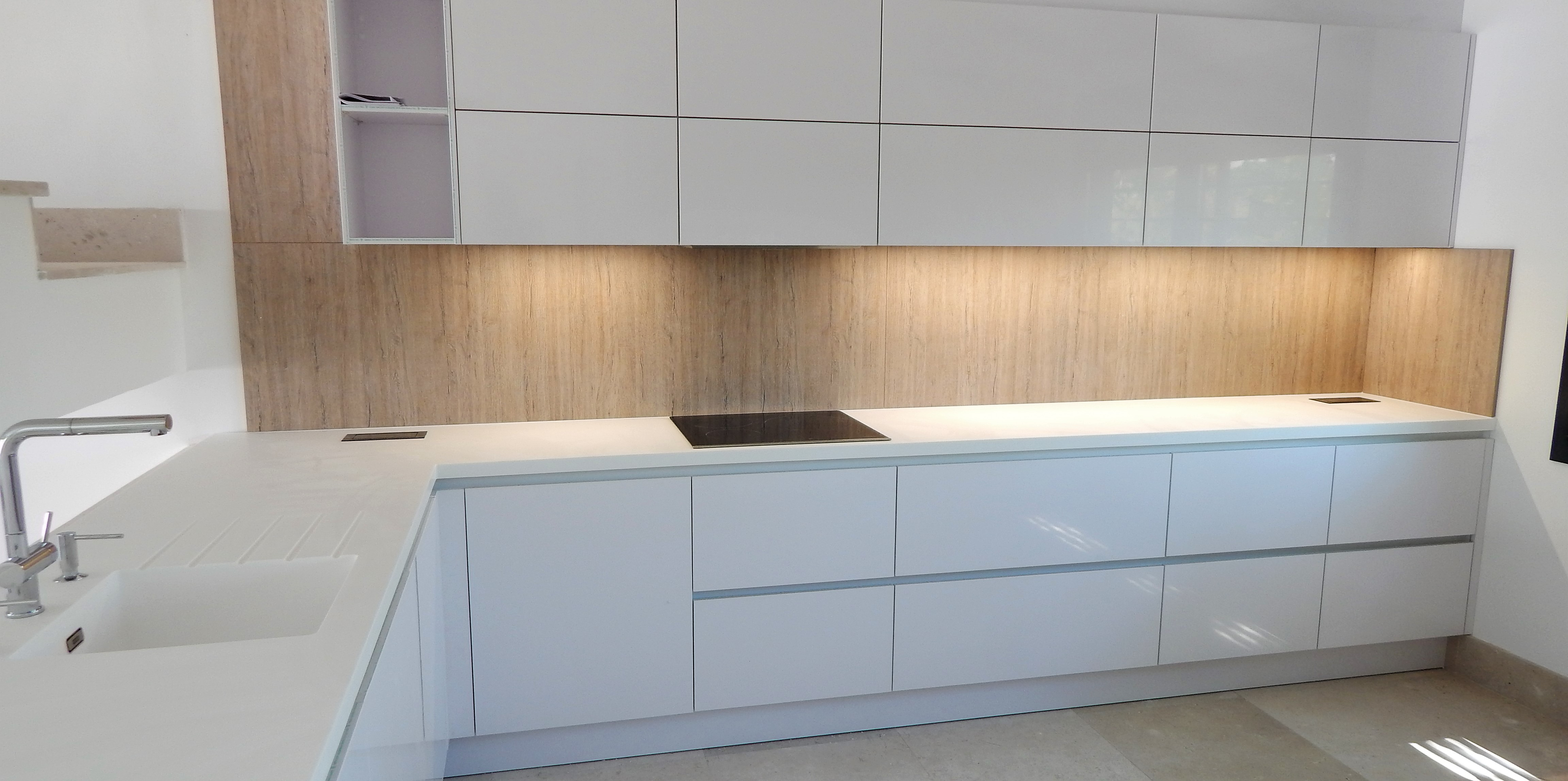 Muebles de cocina en blanco polar alto brillo for Modelo de cocina integrado