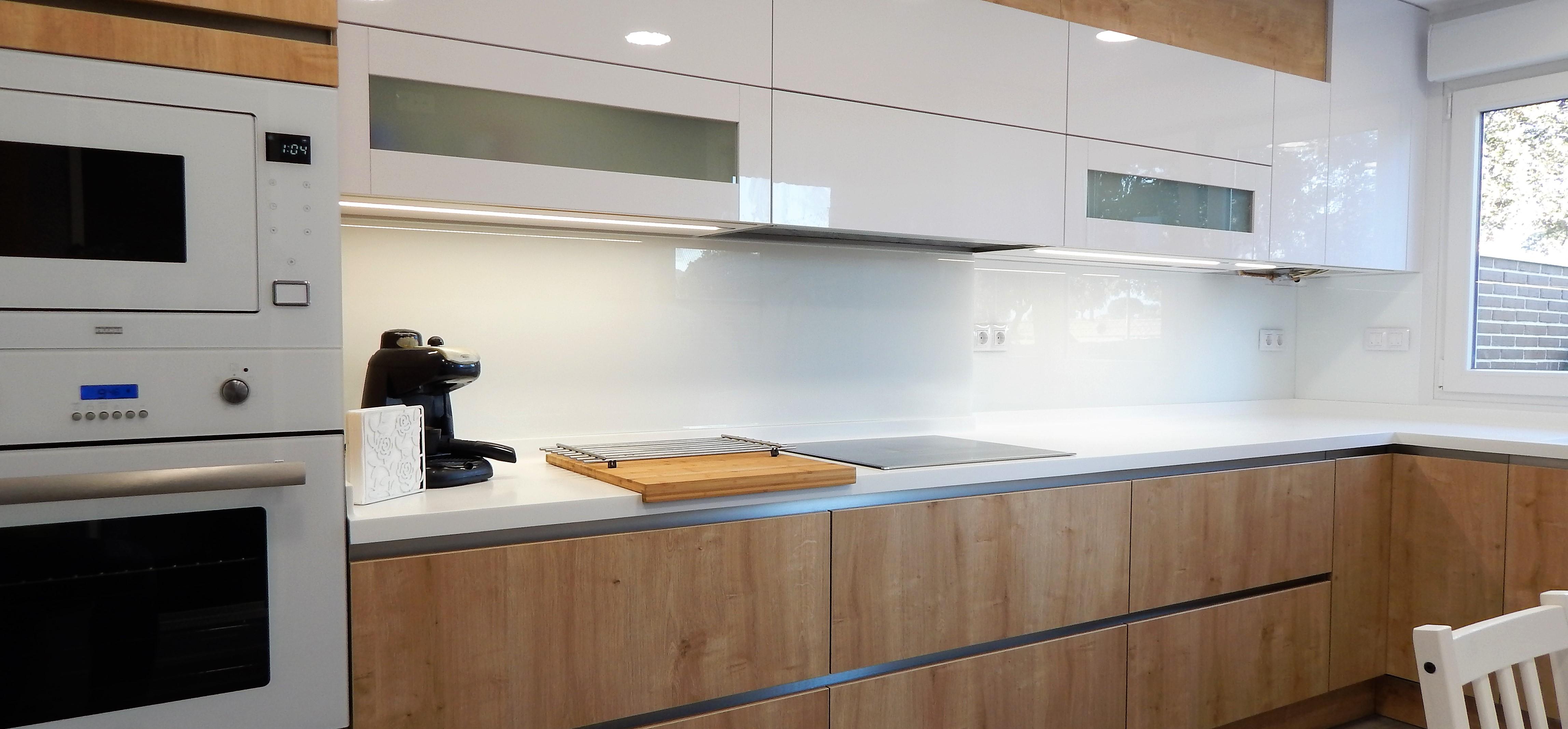 Muebles de cocina en madera de roble y blanco for Muebles cocina madera