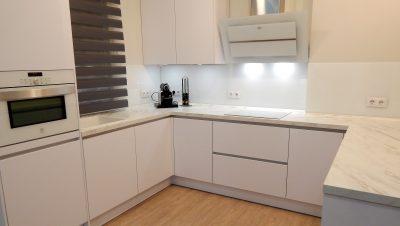 cocina abierta en blanco alto brillo