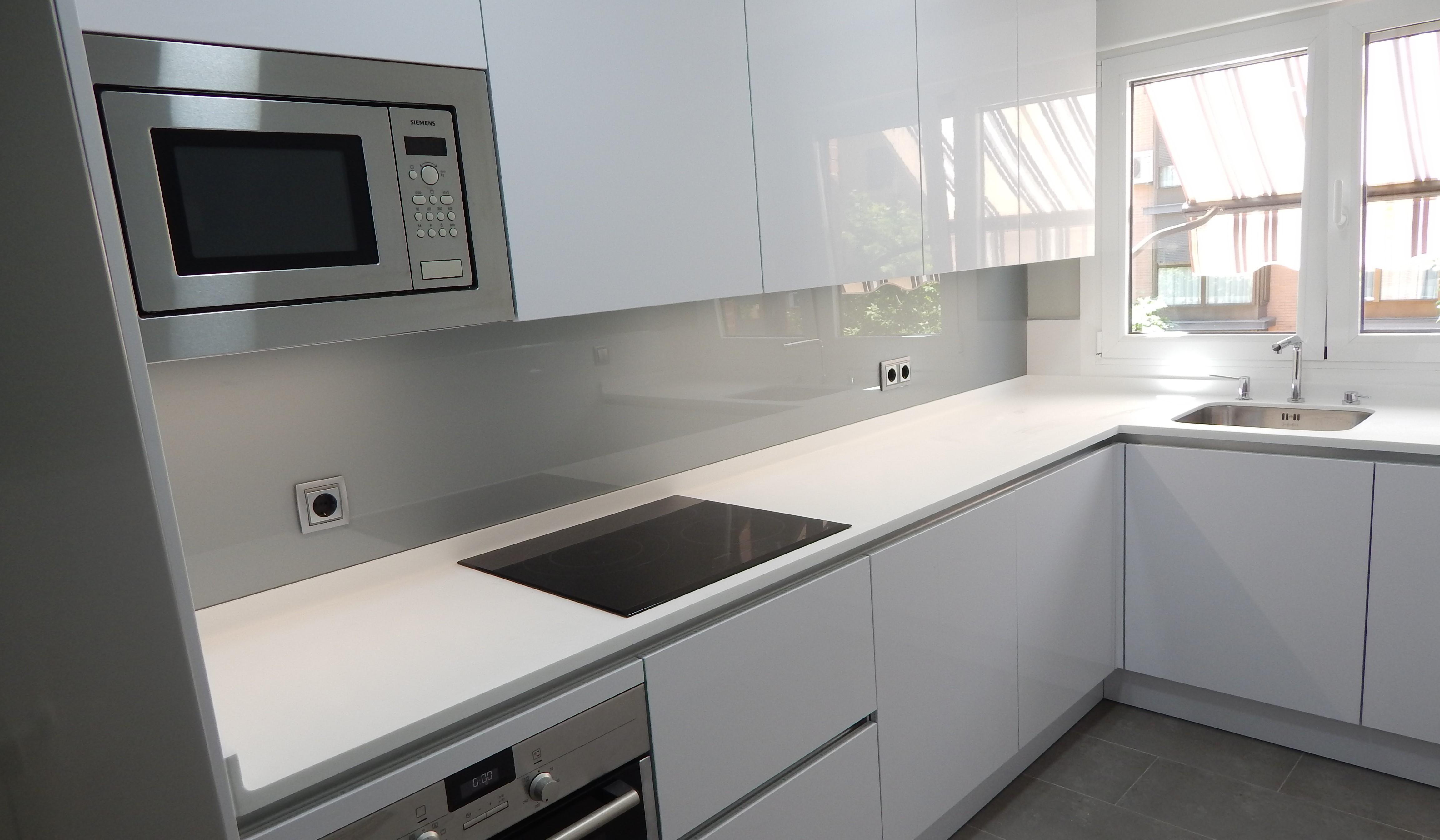 Muebles de cocina en blanco y frente de cristal brillante - Cocinas con pared de cristal ...