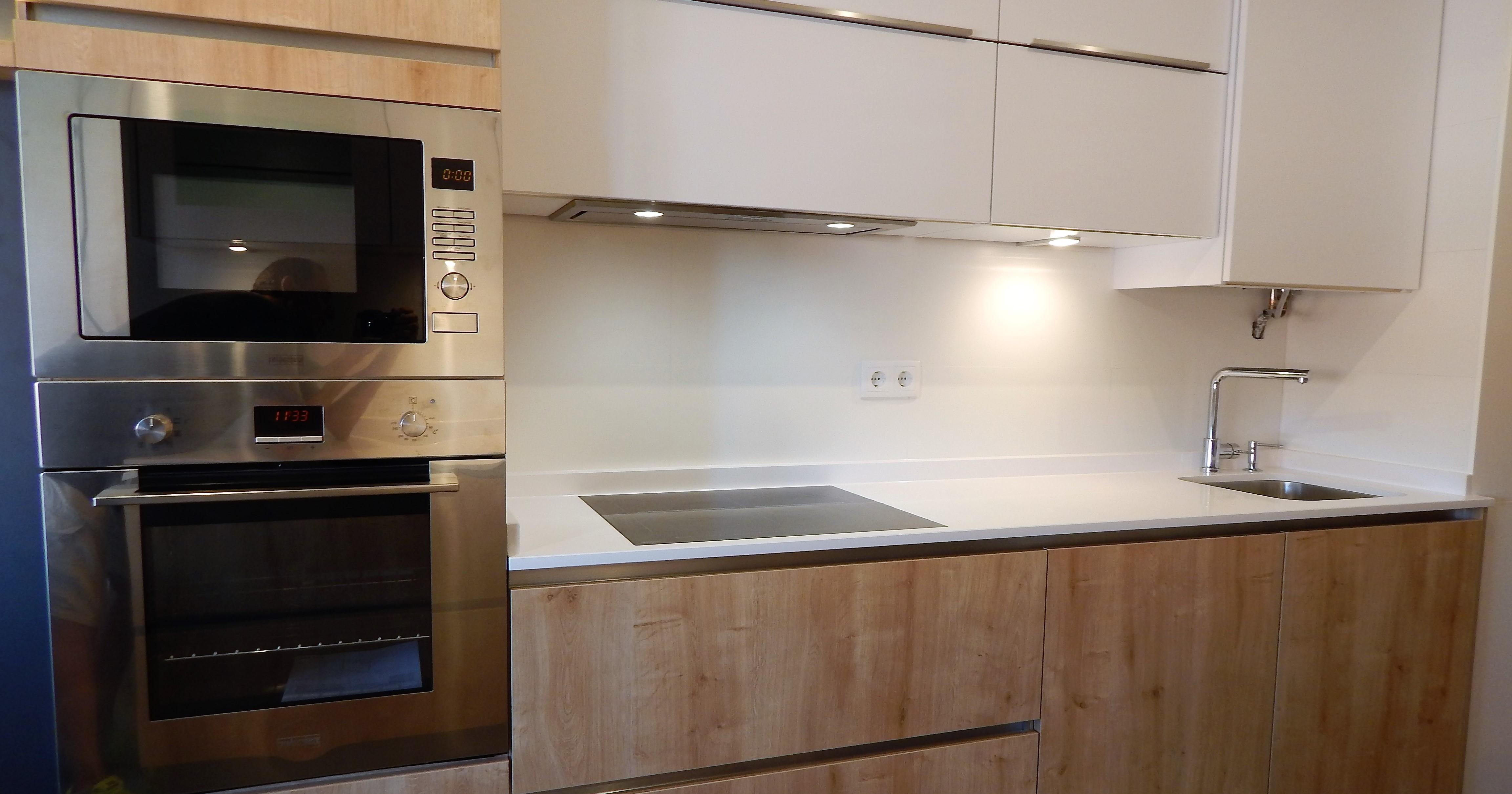 Muebles de cocina en blanco y madera de roble ...